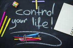Steuern Sie Ihre Lebenaufschrift auf einer Tafel Stockfotografie