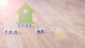 STEUERN Sie JA KEIN horizontales Wort von Würfelbuchstaben mit Symbol des grünen Hauses auf Holzoberfläche automatisch an Stockbild