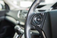 Steuern Sie Knopf auf dem Lenkrad stockbilder