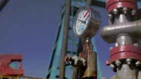 Steuern Sie Sensor im Hintergrund der Pumpstation stock video