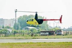 Steuern von Raben Robinsons R44 auf airshow Lizenzfreie Stockfotografie