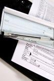 Steuern vorbereiten - Check und Formulare auf Tastatur Stockfoto