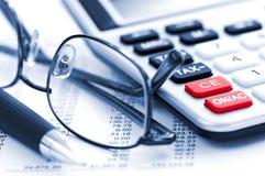 Steuerrechnerfeder und -gläser Lizenzfreies Stockfoto