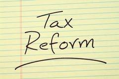 Steuerreform auf einem gelben Kanzleibogenblock Stockbild