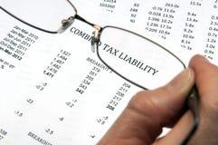 Steuerschuld mit Gläsern Lizenzfreie Stockfotografie