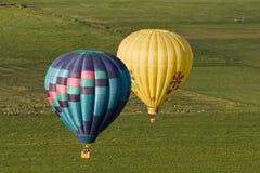 Steuert Ansicht der Ballons, die über Felder fliegen Lizenzfreies Stockbild