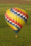 Steuert Ansicht des Ballonflugwesens über Feldern Stockfotografie