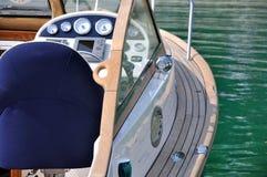 Steuerung einer Yacht Stockfoto
