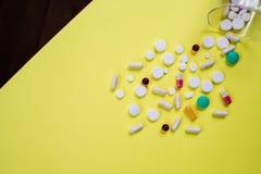 Steuerung, Unterstützung, Pille auf gelbem Hintergrund Farbige Pillen und einkapseln lokalisiert Apotheken-Thema, Medizin-Antibio lizenzfreie stockbilder