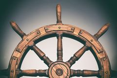 Steuerungshandradschiff auf schwarzem Hintergrund lizenzfreie stockfotos