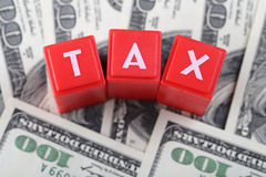 Steuerwort mit Geld Lizenzfreie Stockfotos