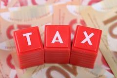 Steuerwort mit Geld Stockfoto