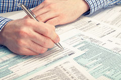 Steuerzahler, der 1040 Steuerformular - Atelieraufnahme ergänzt Gefiltertes Bild: Kreuz verarbeiteter Weinleseeffekt Stockfoto