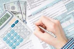 Steuerzahler, der Steuerformular US 1040 - nahe hohe Atelieraufnahme ergänzt Stockfoto