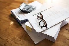 Steuerzahler ` s Schreibtisch- und Verbrauchsteuerdokumente, zum von industriellen Waren zu importieren und zu exportieren lizenzfreie stockfotos
