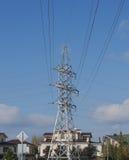 Steun met hoog voltage tegen de hemel Stock Foto