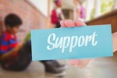 Steun tegen schooljongen met vrienden op achtergrond bij schoolgang stock afbeeldingen