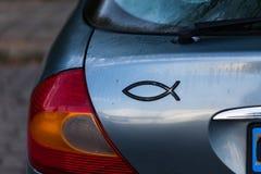 Steun van de auto met vissenteken Lichten op de rug van de auto stock foto