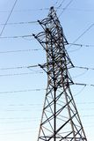 Steun van elektrotransmissielijnen tegen blauwe hemel royalty-vrije stock afbeeldingen