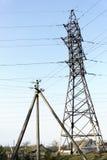 Steun van elektrotransmissielijnen tegen blauwe hemel stock afbeelding