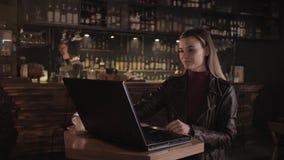 Steun voor bedrijven, succesvolle moderne vrouwelijke ondernemers die in cafés in computers werken, koffie drinken en kijken stock video