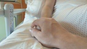 Steun voor een vrouw na het geven van geboorte stock videobeelden