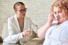 Steunende Vrouwelijke Psychiater Helping Crying Patient royalty-vrije stock foto's