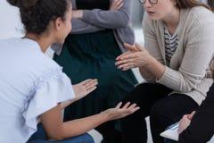 Steungroep tijdens therapie, die voor vrouwenconcept opleiden stock foto