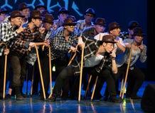 Steunpilaar dans-humoristische oude mens-Chinese moderne dans Royalty-vrije Stock Foto