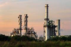 Steunt de elektroelektrische centrale van de gasturbine bij schemer met schemering al fabriek in industrieel Landgoed Stock Afbeeldingen