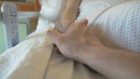 Steunvrouw, die in de het ziekenhuiswieg ligt stock videobeelden