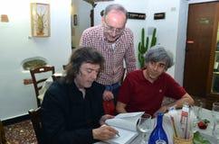 Steve Hackett die autographs ondertekenen royalty-vrije stock afbeelding