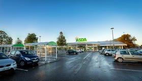 STEVENAGE, GROSSBRITANNIEN - 16. NOVEMBER; 2016: Asda-Superstoreäußeres Asda ist die BRITISCHE ` s zweitgrösste Kette durch Markt Stockbild
