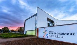 STEVENAGE, UK - LISTOPAD 10, 2016 Północna Hertfordshire szkoła wyższa w wieczór obrazy stock