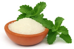 Stevia com açúcar em uma bacia marrom Foto de Stock Royalty Free