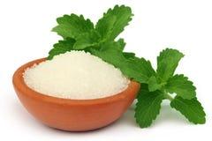 Stevia med socker på en brun bunke Royaltyfri Foto