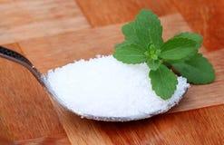 Stevia met lepel suiker Royalty-vrije Stock Afbeeldingen