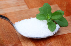 Stevia mit Löffelvoll Zucker Lizenzfreie Stockbilder