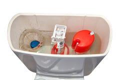 Stevig in water oplosbaar reinigingsmiddel dat in het toile waterreservoir wordt geworpen royalty-vrije stock foto