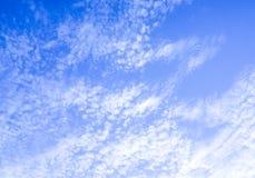 Stevige Clounds die zich op Blauwe Hemelrechterkant vormen van het Kader Duidelijke blauwe hemel en wolken Dikke Wolken en Helder Stock Fotografie