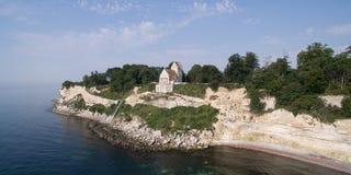 Stevns峭壁和Hoejerup老教会,丹麦鸟瞰图  免版税库存照片