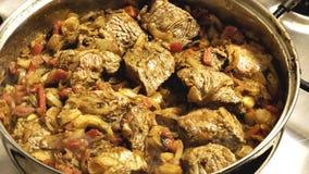 Stew βόειου κρέατος μαγείρεμα σε ένα τηγάνι απόθεμα βίντεο