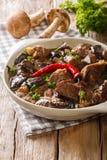 Stew βόειου κρέατος με τα άγρια μανιτάρια, το πιπέρι στενό επάνω ι κρεμμυδιών και τσίλι Στοκ εικόνα με δικαίωμα ελεύθερης χρήσης