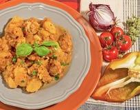 Stew βόειου κρέατος με τις πατάτες, τα κρεμμύδια, τα πιπέρια και τα αρωματικά χορτάρια Στοκ Φωτογραφία