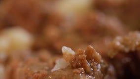 Stew βόειου κρέατος σε ένα άσπρο πιάτο, κονσερβοποιημένο προϊόν, απόθεμα βίντεο