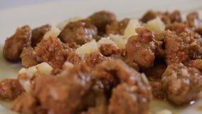 Stew βόειου κρέατος σε ένα άσπρο πιάτο φιλμ μικρού μήκους