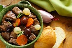 stew βόειου κρέατος στο κόκκινο κρασί με τα λαχανικά Στοκ Φωτογραφία