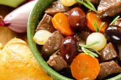 stew βόειου κρέατος στο κόκκινο κρασί με τα λαχανικά Στοκ Εικόνες