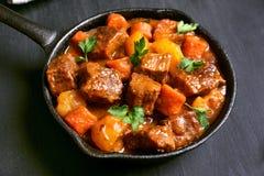 Stew βόειου κρέατος στο τηγάνισμα του τηγανιού στοκ εικόνες