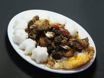 Stew βόειου κρέατος τηγάνισε με το τσίλι και το βασιλικό, με το τηγανισμένα αυγό και το ρύζι Στοκ Εικόνα